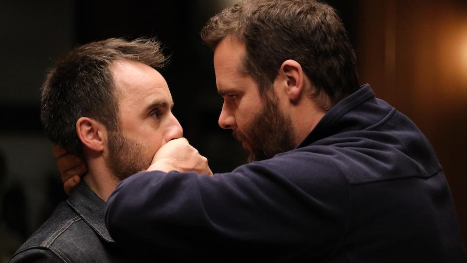 Antoine Bertrand pose la main sur la bouche de Louis-José Houde dans cette photo tirée du film <i>Menteur</i>, d'Émile Gaudreault.
