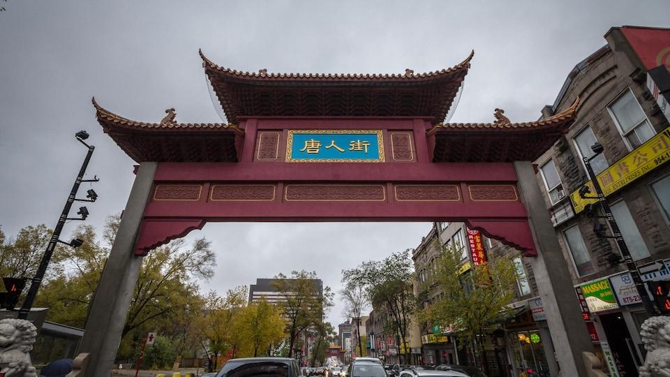 Arche de type Paifang à l'entrée du quartiers chinois de Montréal.