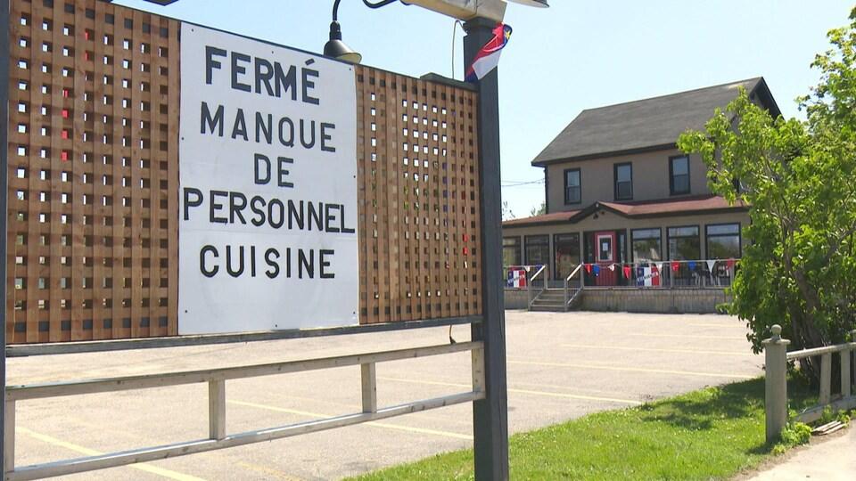Devanture d'un restaurant fermé en raison de la pénurie de main-d'œuvre.