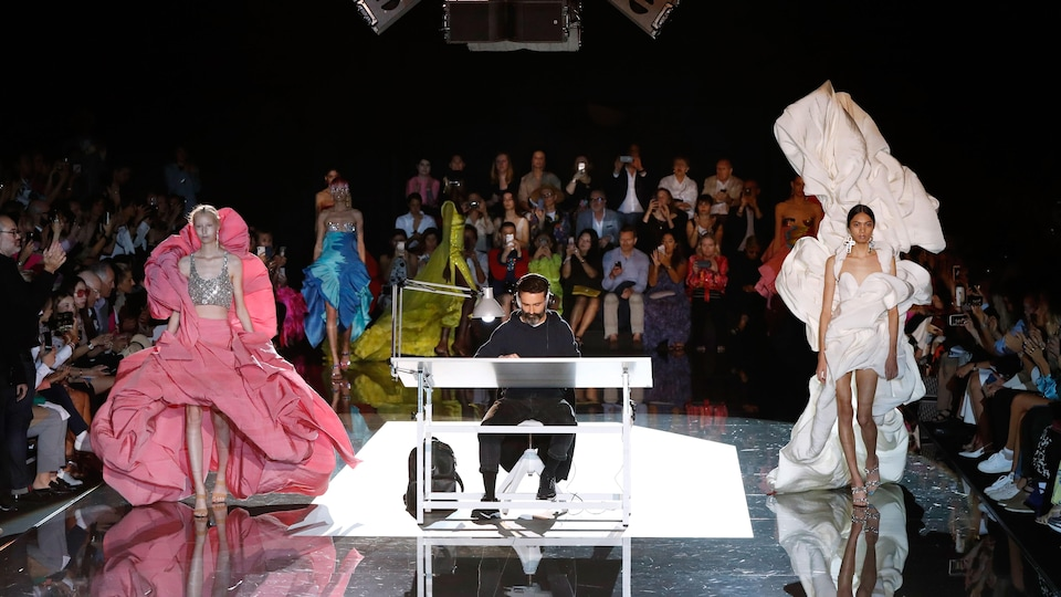 Des mannequins portant des créations de Schiaparelli défilent à Paris.