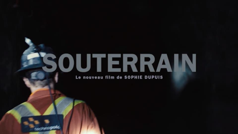 Un mineur de dos dans une mine avec l'inscription « Souterrain, le nouveau film de Sophie Dupuis »