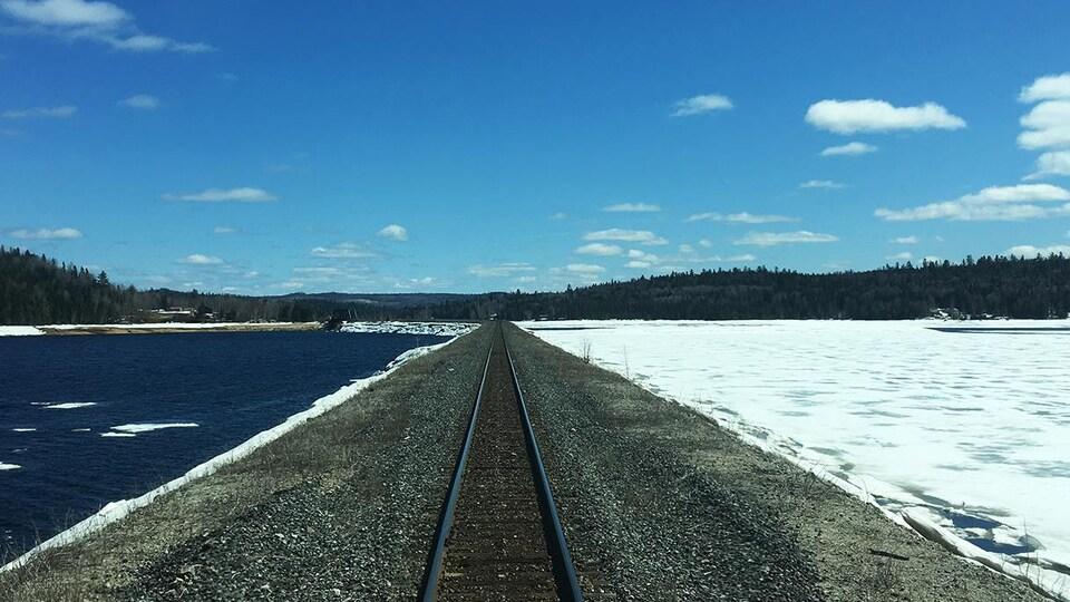 Vue d'une voie ferrée en hiver.