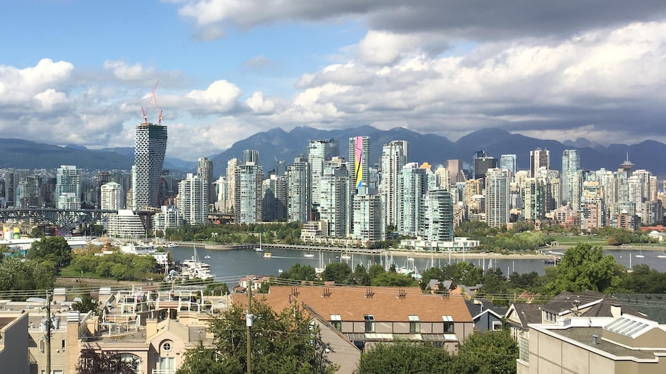 Vue sur Vancouver, où des immeubles se dressent sur la ligne d'horizon.