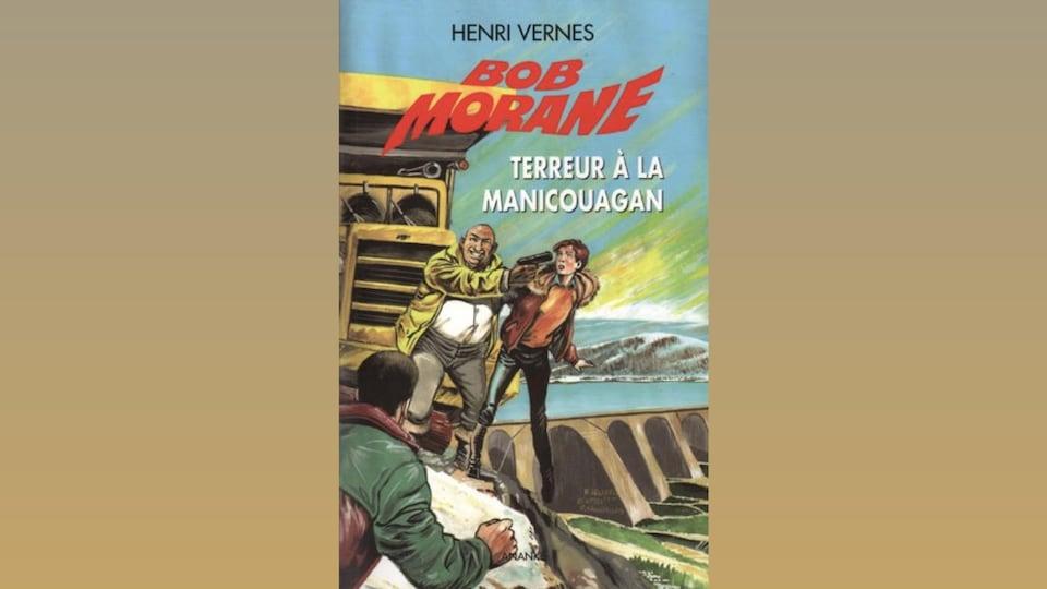 Une image colorée sur laquelle on voit un homme tenir une femme au-dessus du vide avec un pistolet sur sa tempe, avec en arrière-plan un barrage hydroélectrique.