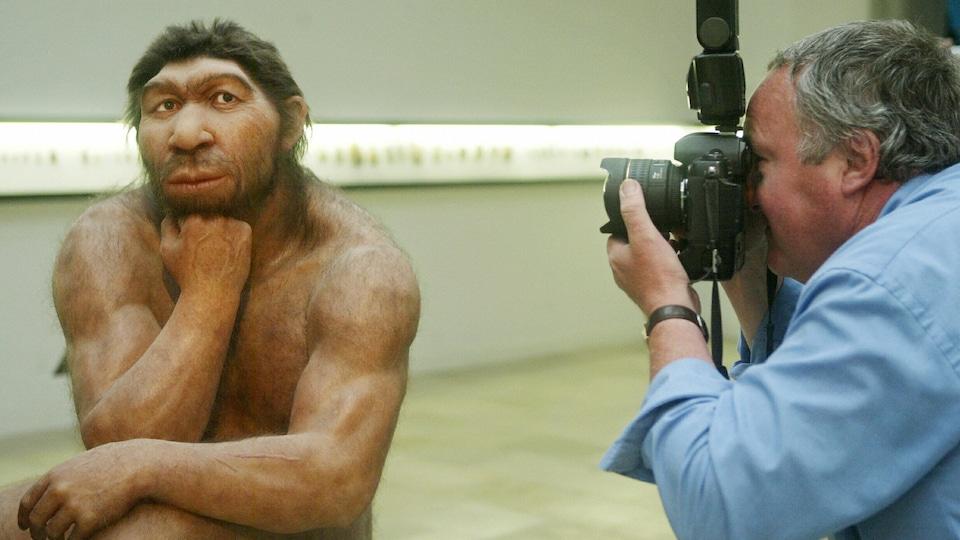 Reconstitution d'un homme de Néandertal prise en photo en 2006 par un Homo sapiens, au Musée de la préhistoire de Halle, en Allemagne.