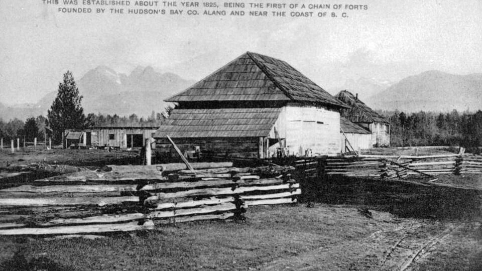 Photo historique en noir et blanc du fort en bois.
