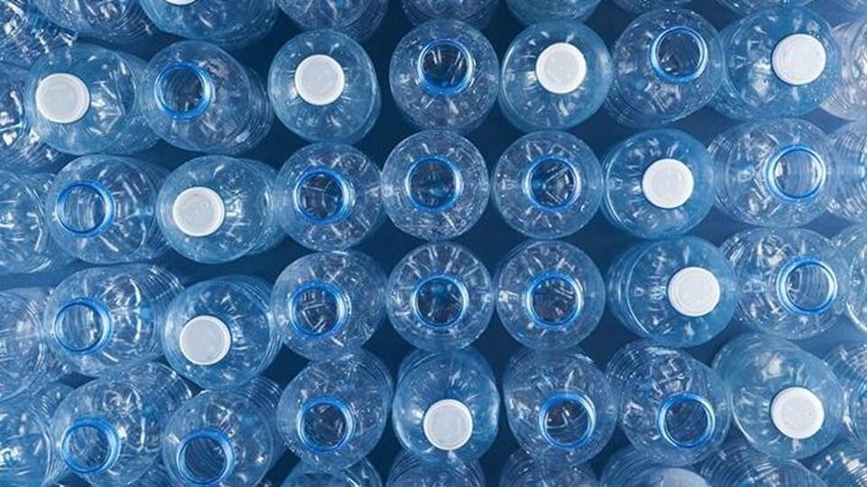 Des bouteilles de plastique qui serviront de matière première pour du polyester recyclé.