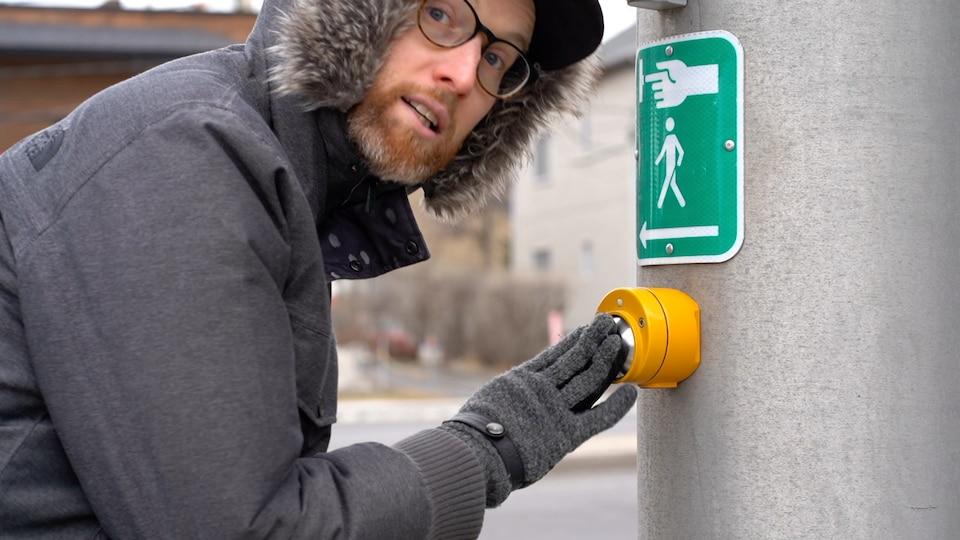 Marc-André Carignan pointe un bouton pour piéton.