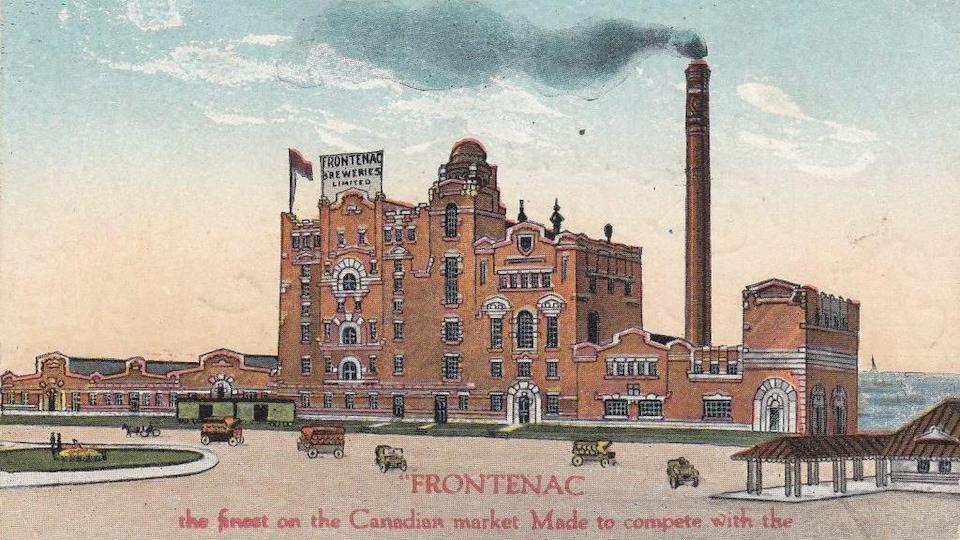 Illustration en couleurs montrant un énorme bâtiment doté d'une longue cheminée.