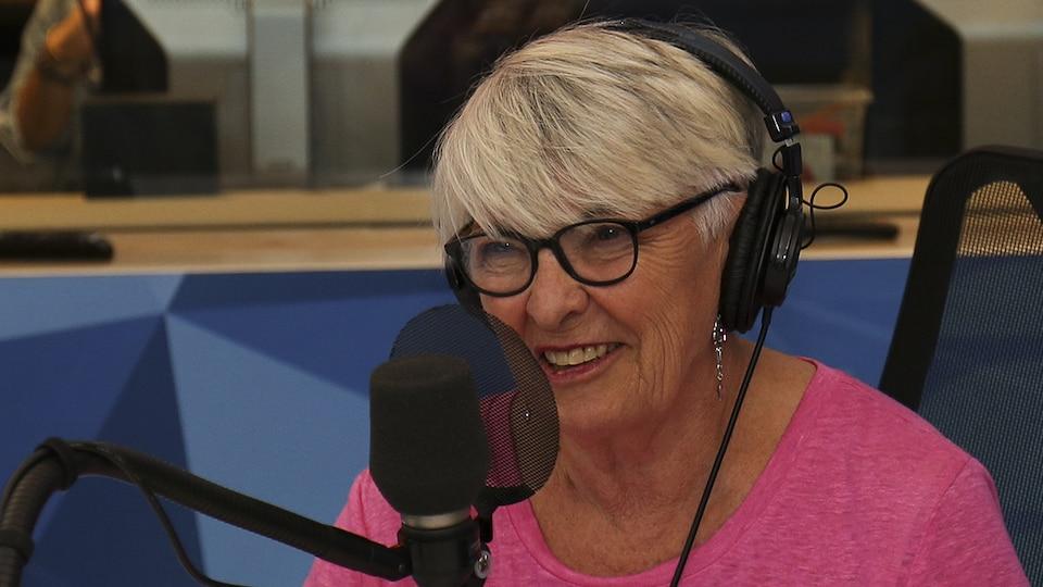 La femme de théâtre, metteure en scène et lauréate du Prix du gouverneur général pour les arts du spectacle en 2017 Brigitte Haentjens accorde une entrevue à la radio de Radio-Canada.