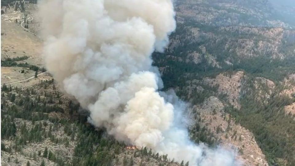 Vu du ciel en hélicoptère, de la fumée monte dans le ciel.
