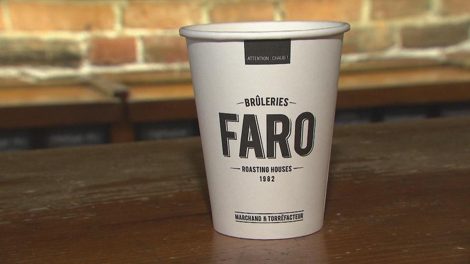Un gobelet compostable à l'effigie des Brûleries FARO.