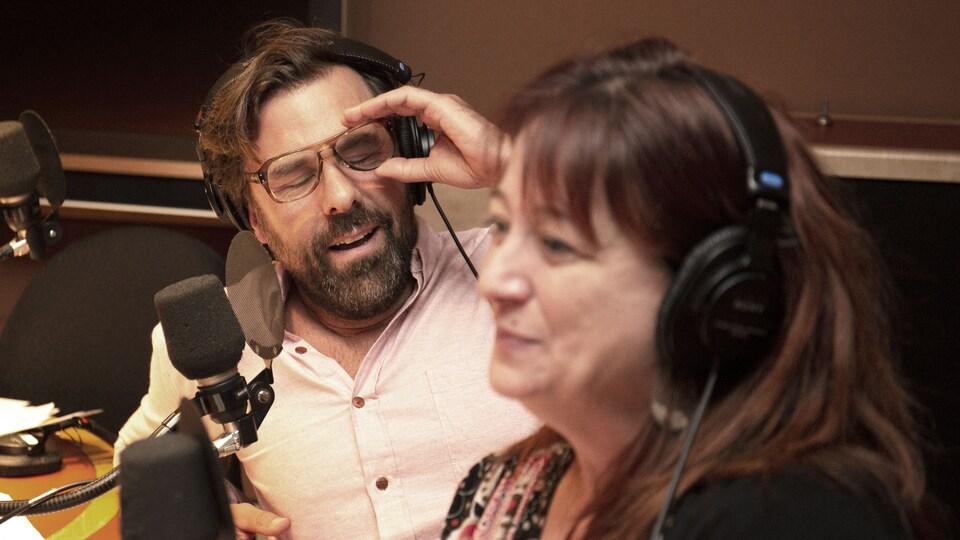 Bruno Marcil, derrière à gauche, lève ses lunettes, et Marie-Josée Bastien a les yeux plein d'eau.