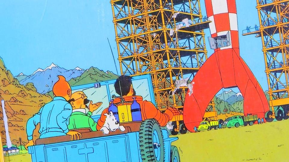 Dessin d'un Jeep, dans lequel sont assis Tintin, le professeur Tournosol, le capitaine Hadock et le chien Milou, qui se dirige vers une fusée rouge et blanche en direction du ciel.