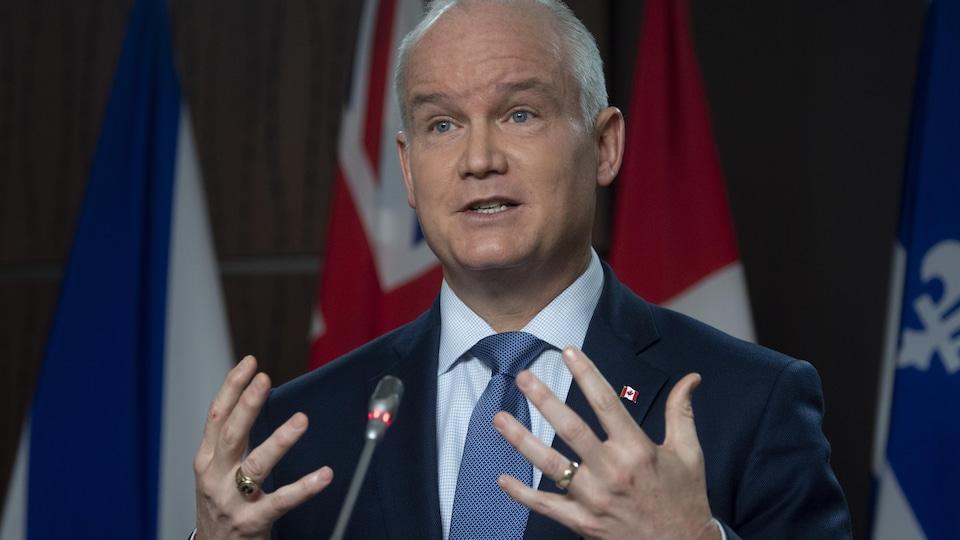 Erin O'Toole répond à des questions dans une conférence de presse à Ottawa.