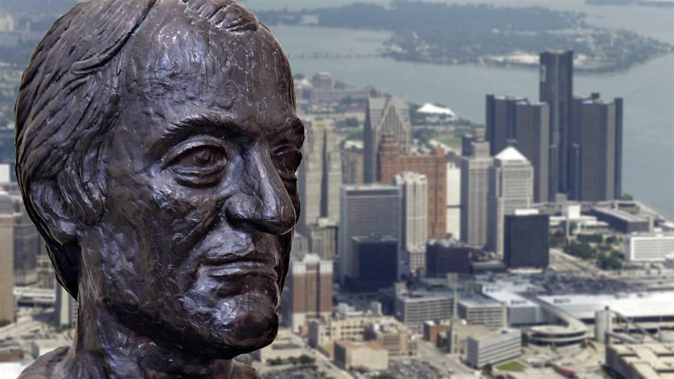 Montage photo : statue de bronze de Gabriel Richard superposée sur une photo du centre-ville de Detroit.