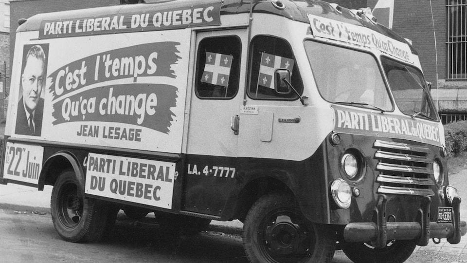 Un véhicule publicitaire du Parti libéral du Québec pendant la campagne électorale du printemps 1960