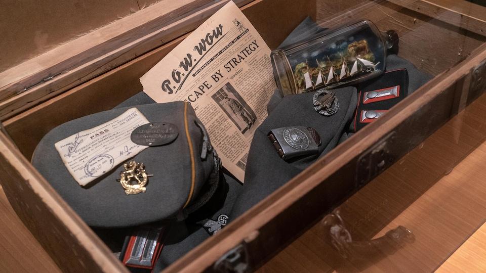 Journal, médailles, bérets de soldats canadiens ayant vécu à Medicine Hat.