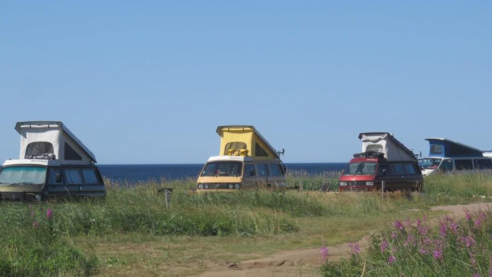 Quatre véhicules motorisés sur le bord de la mer
