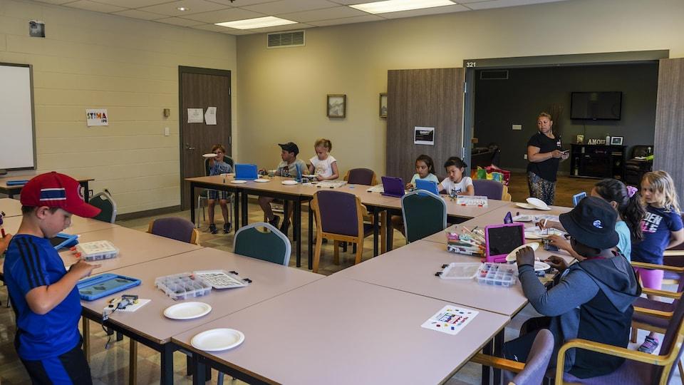 Une salle avec des enfants qui participent à des activités.