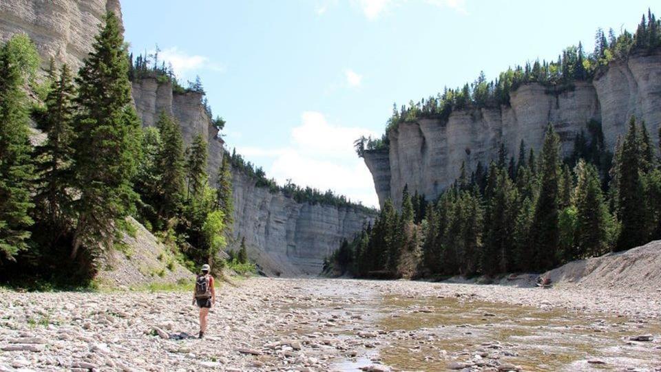 Un randonneur chemine dans le canyon de la rivière Vauréal.