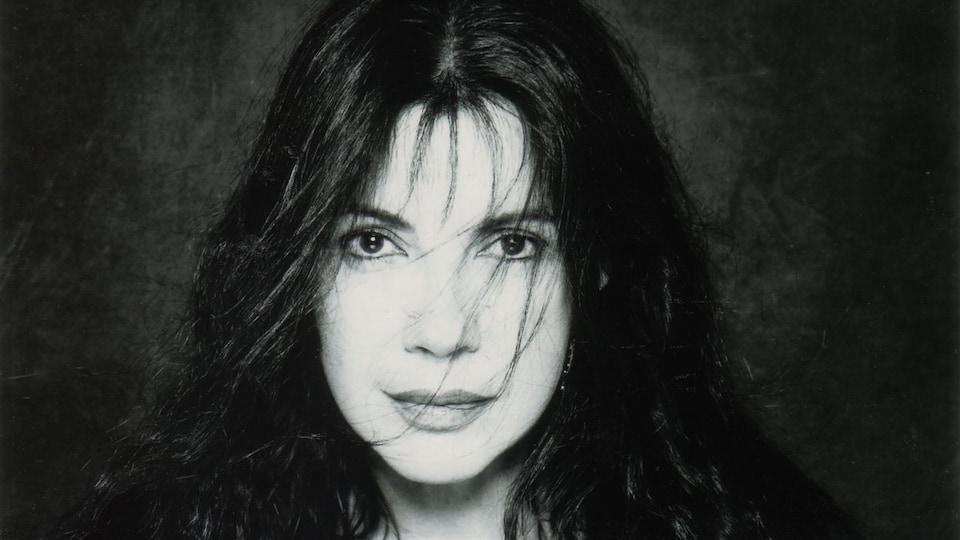 Carole Laure est réalisatrice, actrice, chanteuse, auteure et danseuse à ses heures.