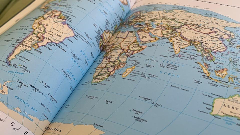 Une carte du monde découpée selon les frontières géopolitiques.