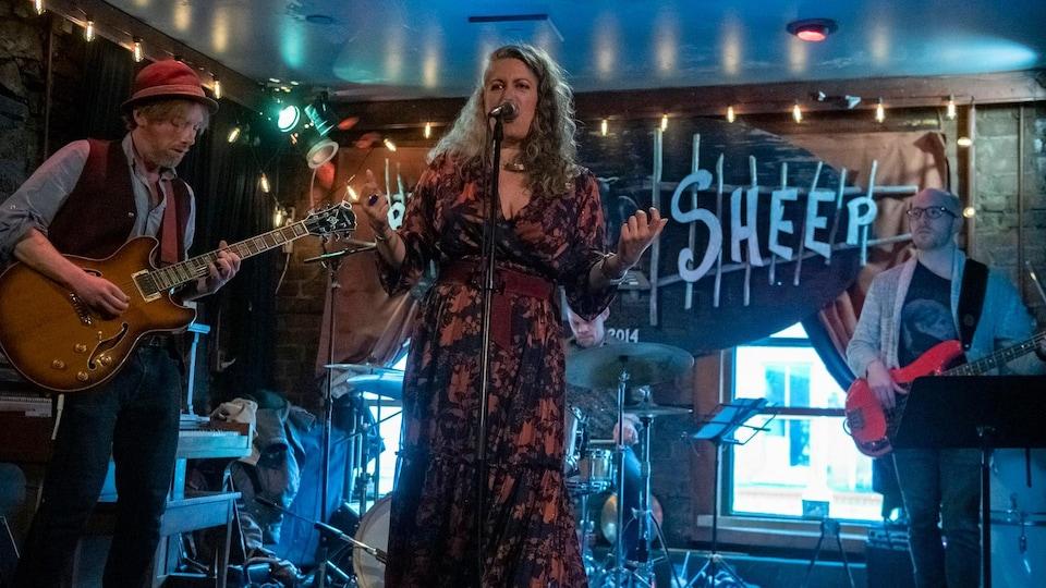 La chanteuse et ses trois musiciens en spectacle au bar The Black Sheep à Saint-Jean de Terre-Neuve.