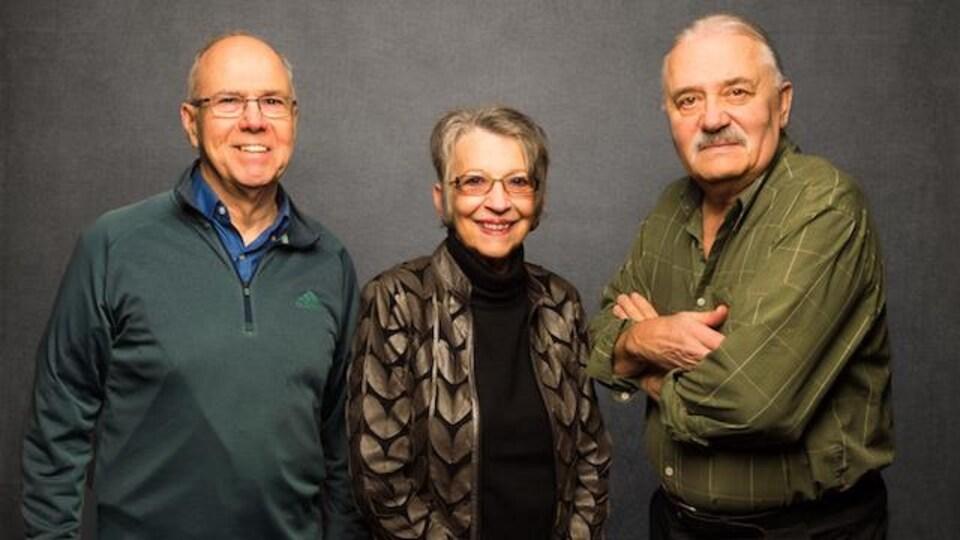 3 personnes âgées souriantes