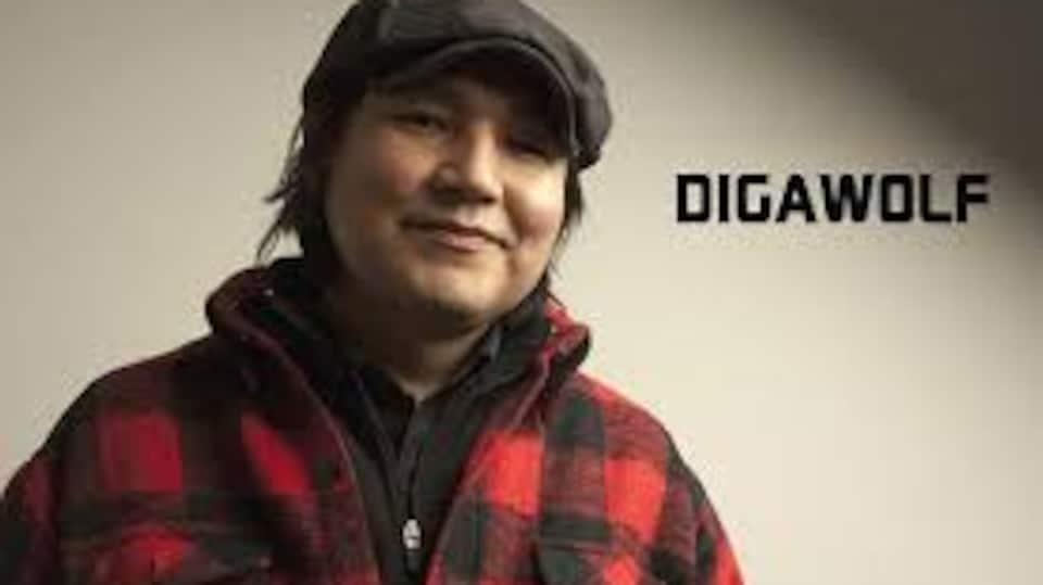 L'auteur-compositeur-interprète Digawolf des Territoires du Nord-Ouest.