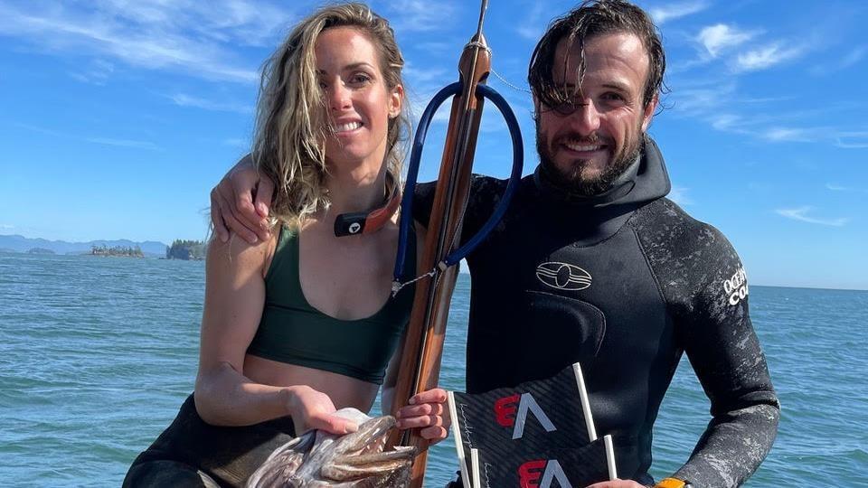 Lorenza et Luca Malaguti avec la morue-lingue pêchée pêchée au harpon, à Ucluelet.