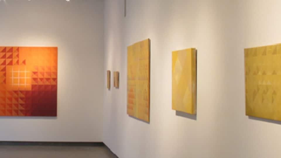 Des toiles de l'artiste vancouvéroise Marion Landry.