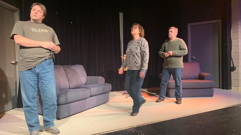 3 acteurs répètent une pièce de théâtre