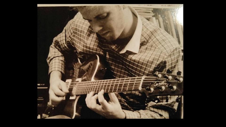 Le guitariste Philippe Bouchard de Régina.
