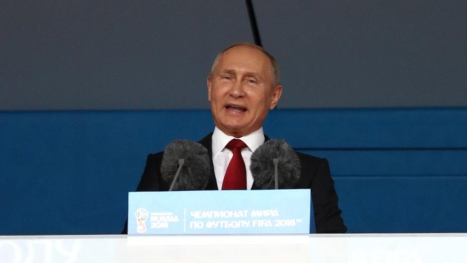 Le président Vladimir Poutine au micro.