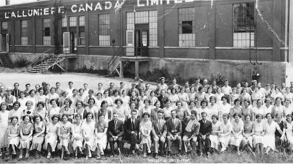Des employées de la compagnie E. B. Eddy posent devant leur usine de fabrication d'allumettes.