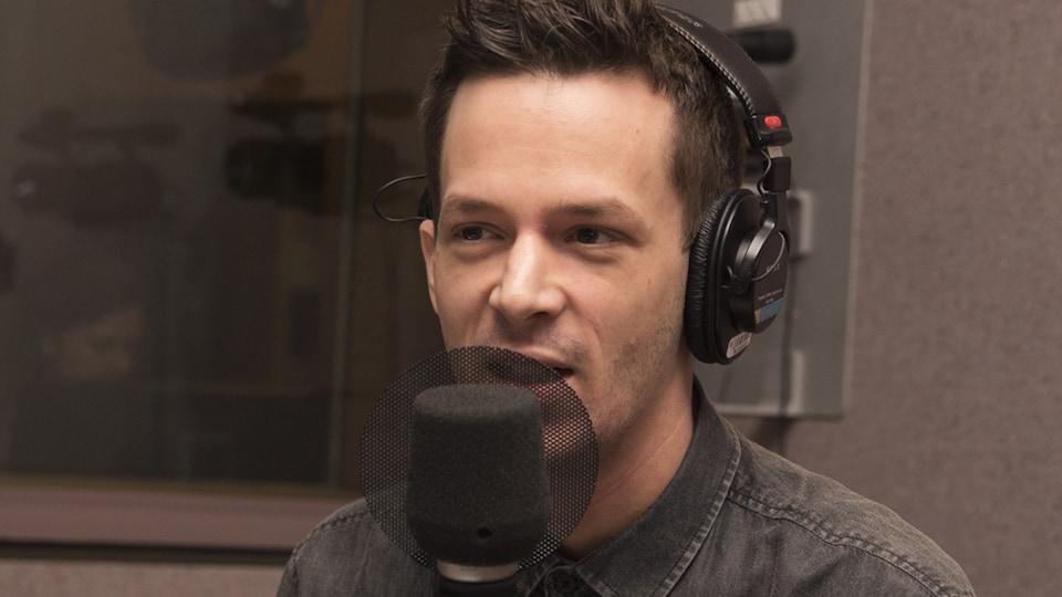 Dominic Tardif répond aux questions de Serge Bouchard et de Jean-Philippe Pleau au studio 30 de Radio-Canada, en mars 2018.