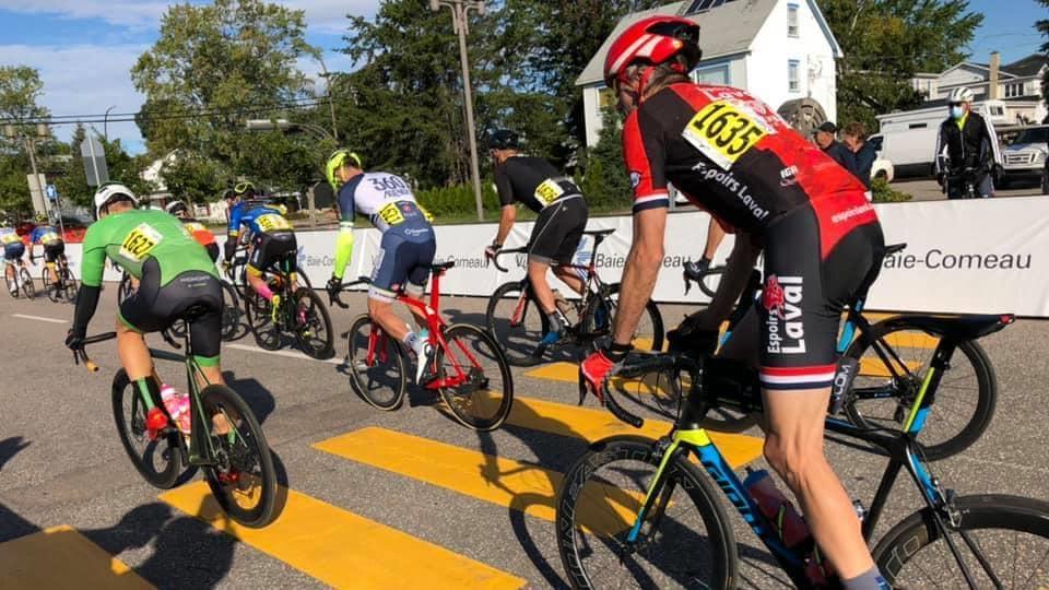 Des cyclistes lors d'une course des Championnats québécois de cyclisme à Baie-Comeau.