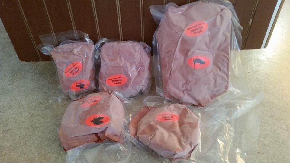 Cinq sacs de viande prêts pour la congélation.