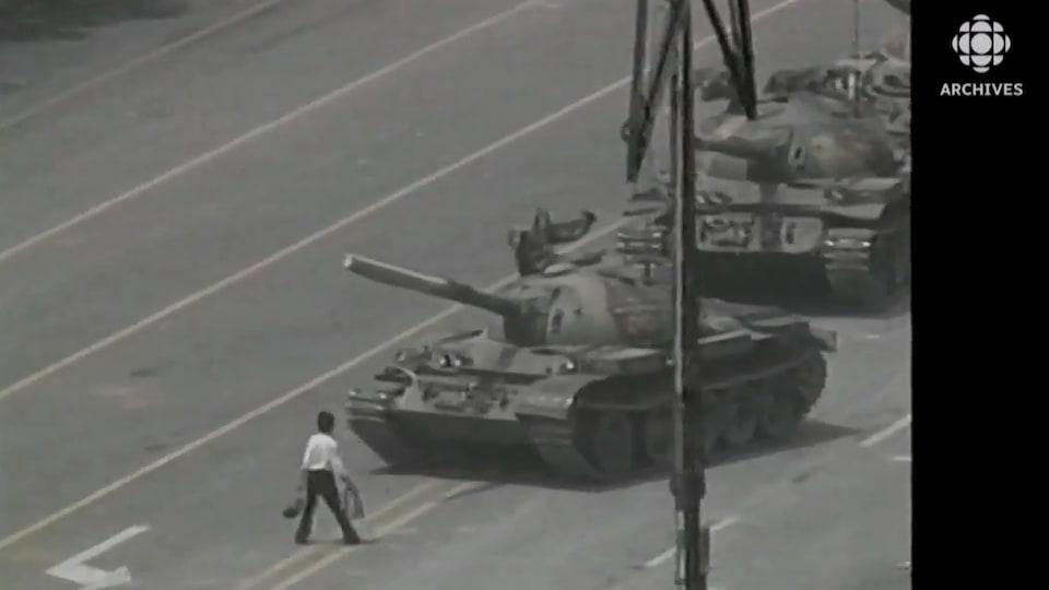 Un homme se place devant les blindés sur la place Tiananmen.