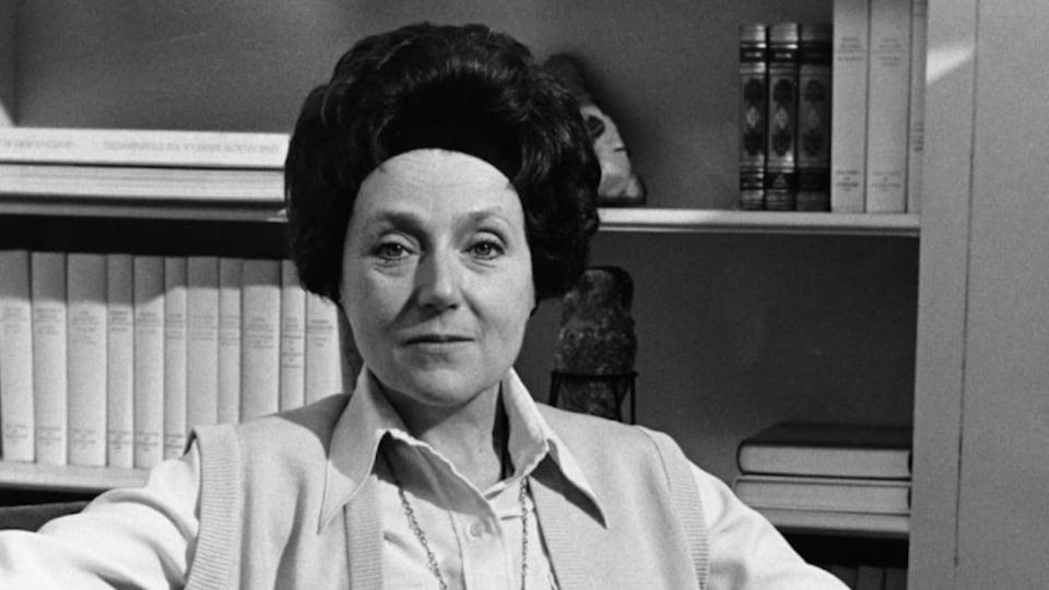 Ludmilla Chiriaeff assise dans un canapé en 1976.