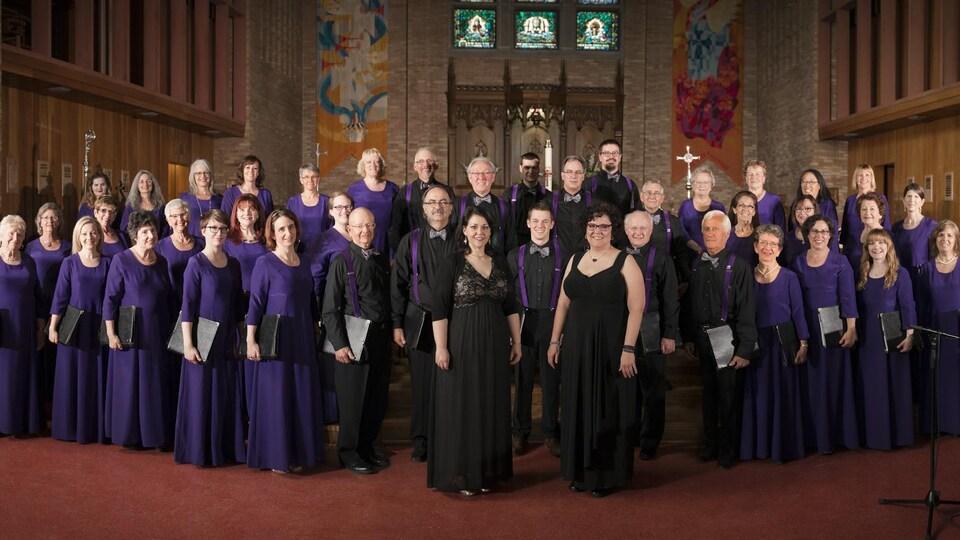 Un groupe de chanteurs rassemblés dans une église