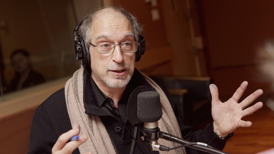 Le chroniqueur Christian Rioux dans le studio 18 de Radio-Canada
