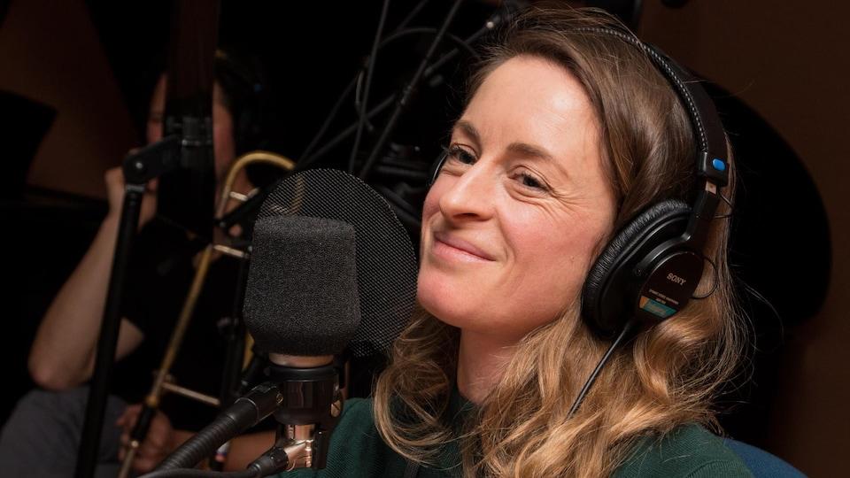 La comédienne sourit devant un micro de radio.