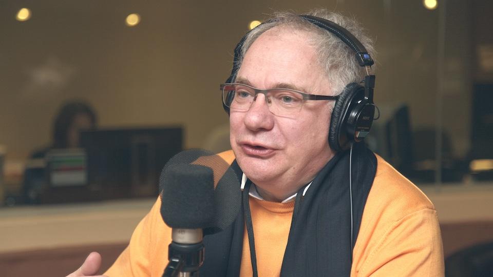Le critique de musique classique Christophe Huss, dans le studio 18 de Radio-Canada