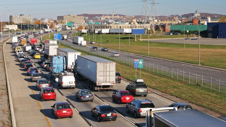 Une autoroute bondée de véhicules.