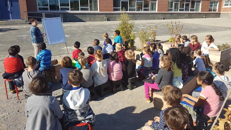 Une classe de cours dans la cours d'école