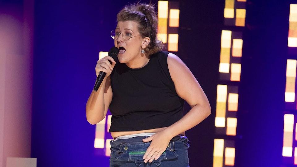 L'humoriste acadienne Coco Belliveau sur scène lors de sa participation à l'émission Le prochain stand-up sur Noovo.