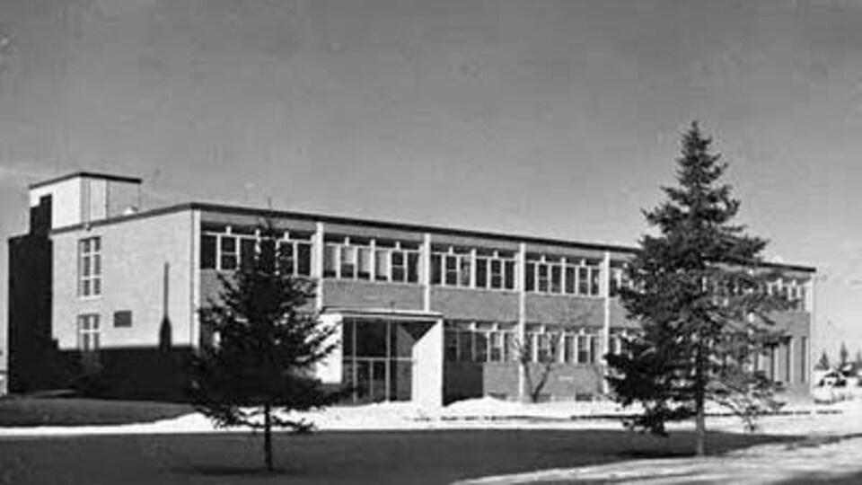 Une photo noir et blanc d'un édifice