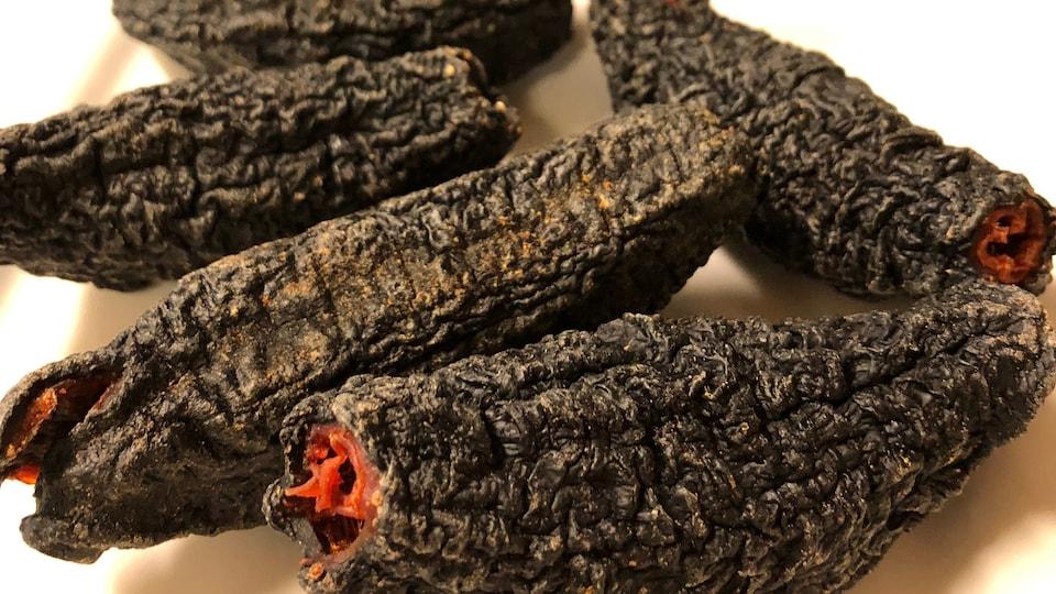 Noir avec une peau flétrie, les concombres sont très durs quand ils sont déshydratés.